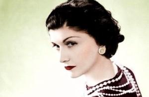 ココ・シャネル(1883-1971)フランスのデザイナー、CHANELの創業者。孤児院で育ち、歌手を目指しパリに出てくるもかなわず帽子専門店を開業。女性をコルセットから解放したジャージードレスや香水No.5、そしてシャネル・スーツなど数々の成功を収めました。